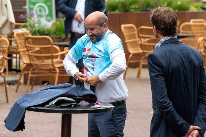 Burgemeester Ahmed Marcouch eerder bij een actie op het terras van Dudok, destijds in verband met de Airborne-herdenking.