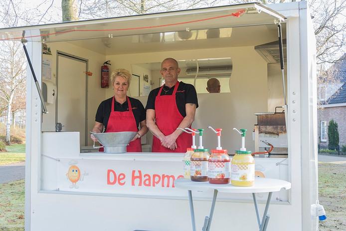 John van Bogget en zijn vrouw in hun Hapmobiel op het Wilhelminaplein in Someren.