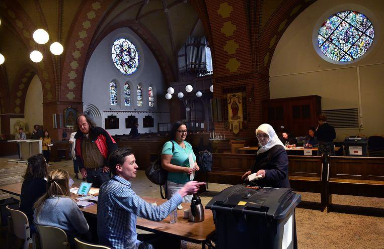 De katholieke kerk midden in de Utrechtse wijk Lombok is niet alleen een bijzondere locatie om een stem uit te brengen, maar het is ook de plek waar bij de provincialestatenverkiezingen 4 procent blanco stemmen werd uitgebracht. Beeld Marcel van den Bergh
