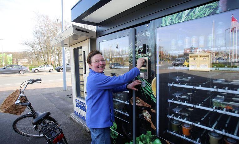 Een klant koopt een gezond hapje van de automaat.