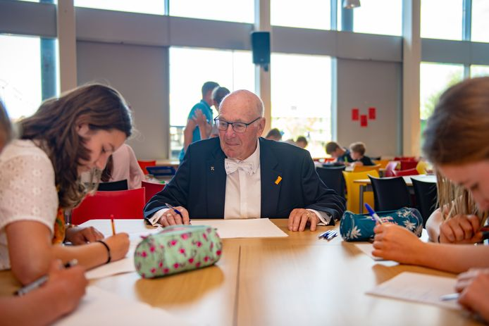 Rekenwonder Willem Bouman geeft vaak gastlessen, zoals hier op school. Al lunchend bij de koning mocht hij geen foto's maken.