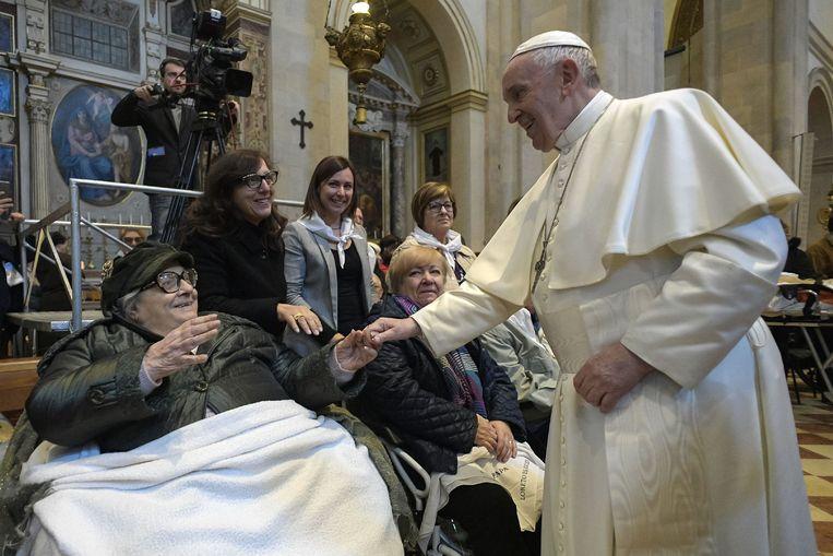 De paus begroet een vrouw tijdens zijn bezoek aan Loreto.