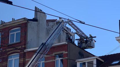 Brandweer verwijdert wankelende schouwpijp die gevaar vormt: eigenaar  moet toch factuur betalen