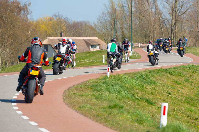 De Veiligheidsregio Gelderland-Zuid wil met afsluiting van dijken voor fietsers, auto's en motoren dit soort taferelen tijdens Pasen voorkomen.