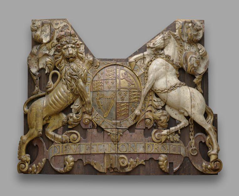 Dit wapenschild van de Engelse koning Charles II sierde de achtersteven – de 'spiegel' – van het Engelse vlaggenschip Royal Charles. Het schip werd in 1667 in zijn thuishaven Chatham nabij Londen door de Nederlanders veroverd en over de Noordzee naar Nederland gesleept. Hier werd het gesloopt, maar als herinnering aan deze ongehoorde Nederlandse triomf en Engelse afgang werd deze versiering bewaard. Beeld Rijksstudio