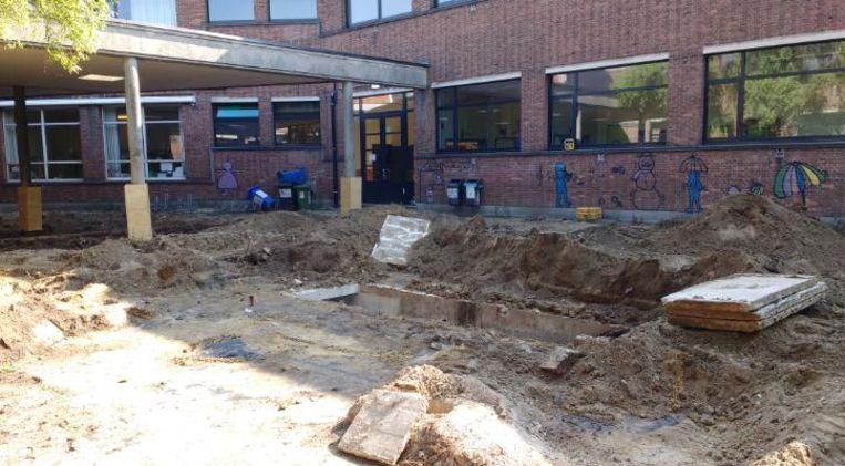De ingang van de schuilkelder onder de speelplaats van basisschool De Kleurdoos.