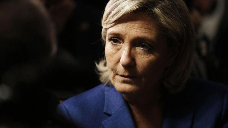 Marine le Pen spreekt met de pers tijdens haar bezoek in Igoville, in het noordwesten van Frankrijk. Beeld afp
