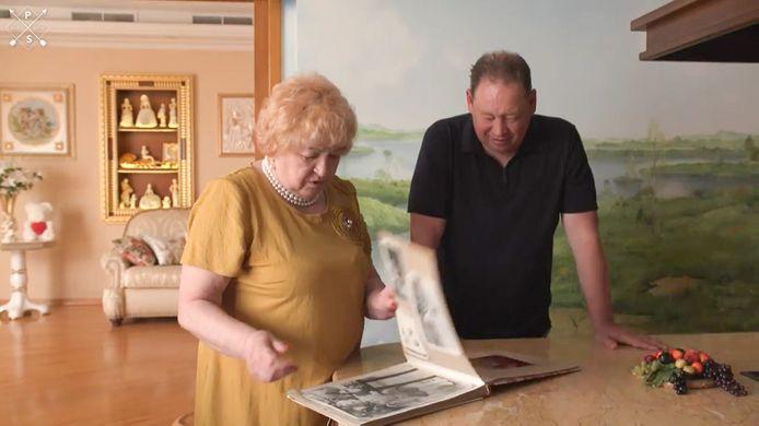 Vitesse-trainer Leonid Sloetksi bladert in de uitzending van Ivo Niehes 'TV Show op Reis' met zijn moeder Ludmilla door een foto-album.