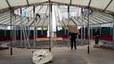 Opbouw van de spiegeltent van de nostalgische kermis gestart op Markt Roosendaal