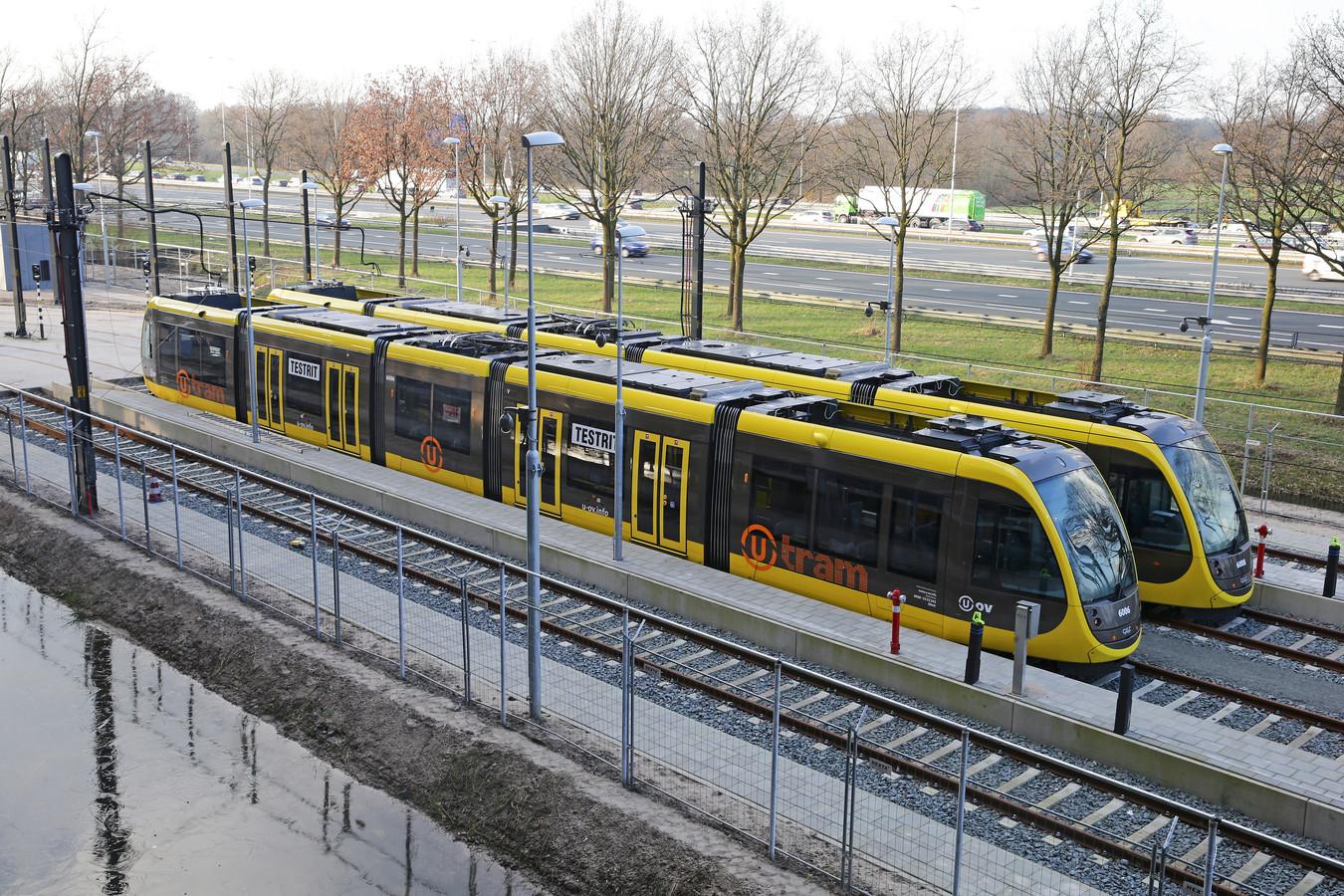 Op de Uithof staan de eerste trams te wachten op de opening van de nieuwe tramlijn.
