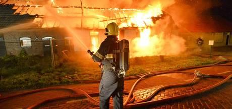 Grote uitslaande brand legt boerderij in de as; geen gewonden en geen asbest