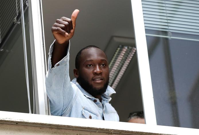Romelu Lukaku salue les supporters milanais après avoir passé sa visite médicale.