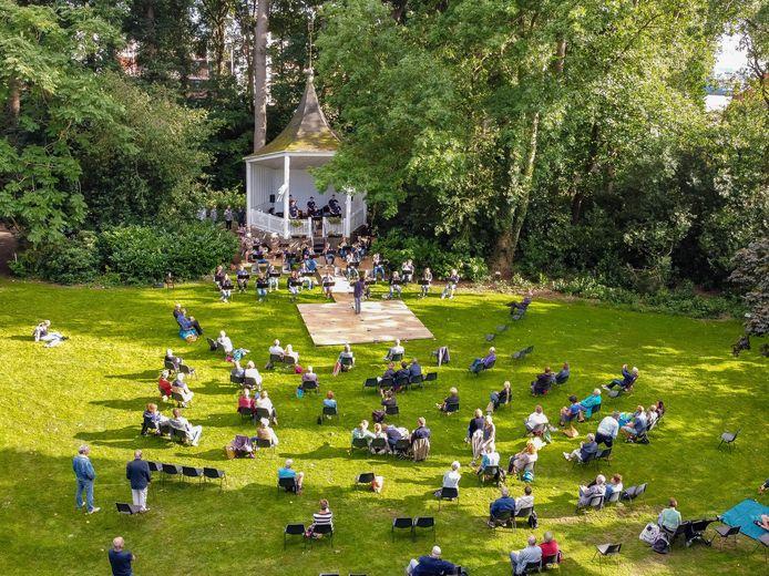 Picknickconcert op grasveld voor de muziekkoepel in het Van Stolkspark.