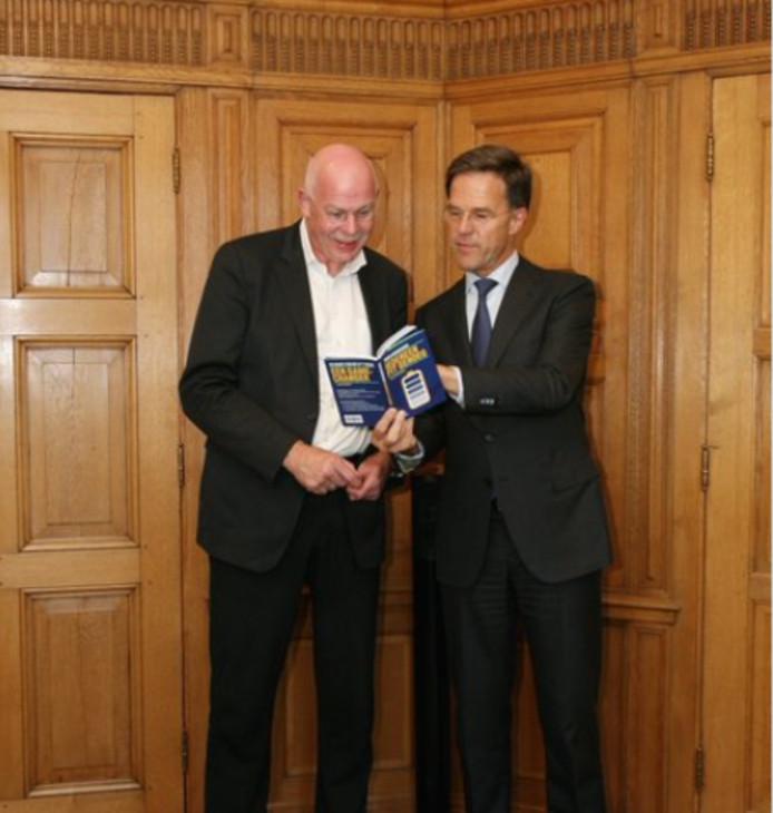 Toon Gerbrands overhandigt zijn boek aan Mark Rutte.