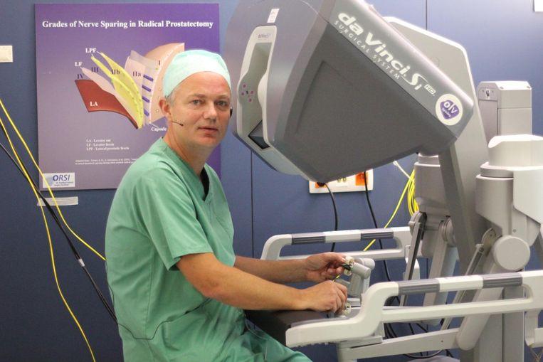 Dokter Alex Mottrie aan het opereren met de robot in het OLV-ziekenhuis in Aalst.