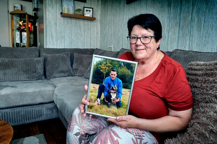 """Moeder Ria van Doorn met een foto van haar overleden zoon Stephan van der Want. ,,Zijn voeten waren al ijskoud toen ik hem vond. Ik wist niet wat ik met mezelf aan moest."""""""