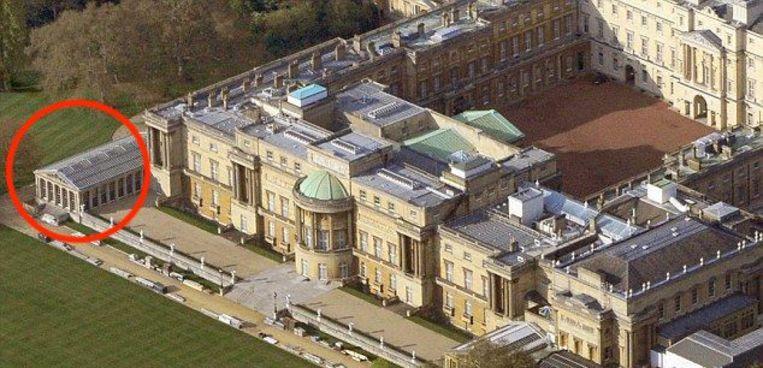 Er is een groot zwembad te vinden in Buckingham Palace.