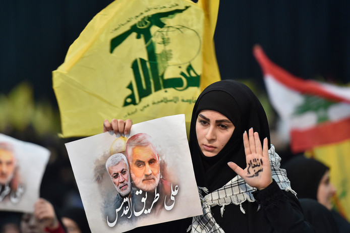 Op verschillende plaatsen in de regio gingen mensen de straat op om te protesteren tegen de dood van Qassem Soleimani. Hier een aanhangster van het door Iran gesteunde Hezbollah in Libanon.
