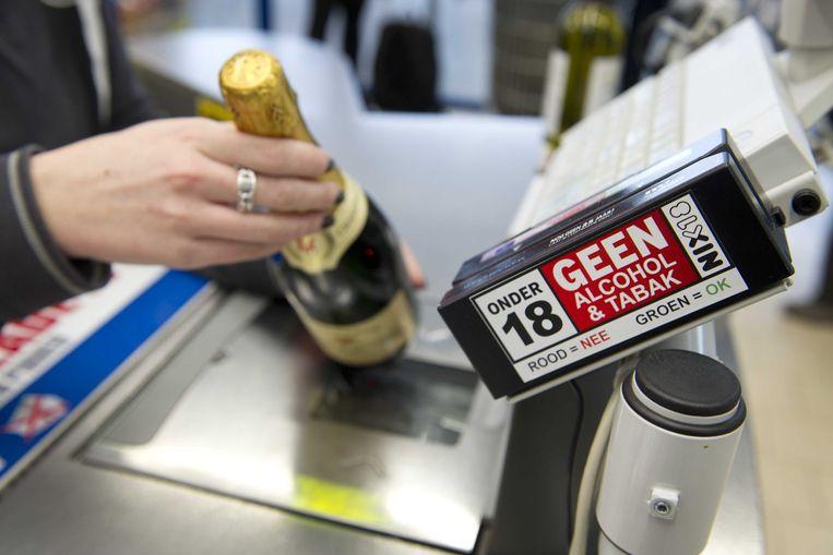 Het verkopen van drank aan jongeren onder de achttien mag niet maar is zowel offline als online moeilijk te controleren. Beeld ANP