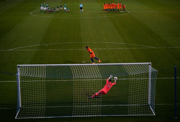 Op deze foto is te zien hoe Corcoran inderdaad vóór zijn doellijn staat op het moment dat hij de beslissende strafschop pakt.