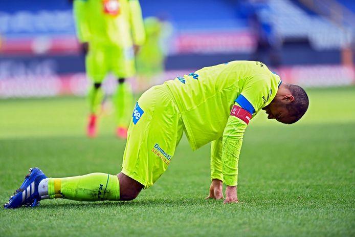Vadis Odjidja blesseerde zich al na achttien minuten op het veld van Club Brugge. Coach Vanhaezebrouck zag het met lede ogen aan.