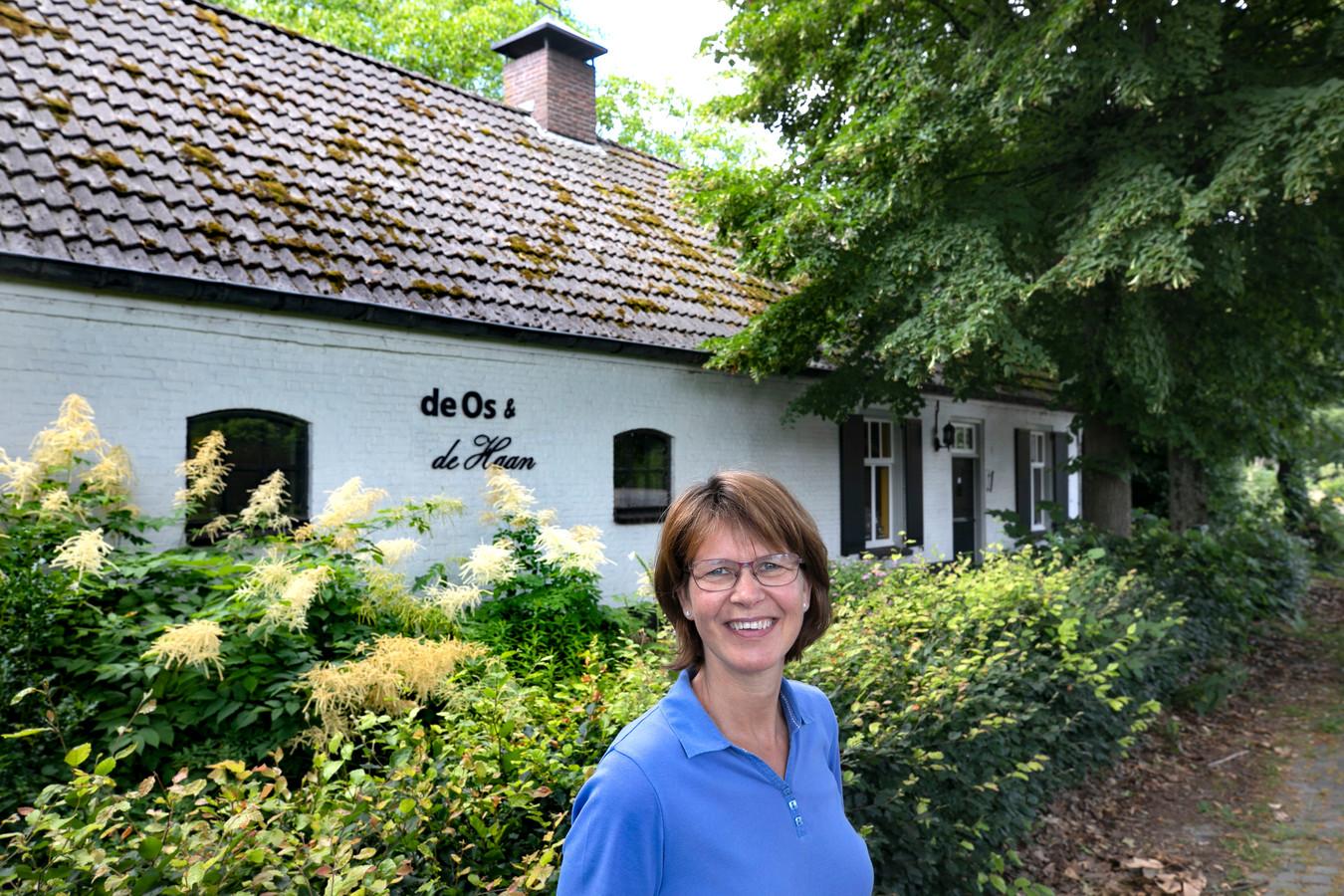 Jeanette Fluit bij haar boerderij met een naam in Lage Mierde