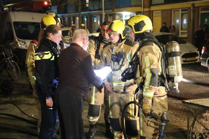 Een bewoner, die door de brand in de Bloemfonteinstraat op straat kwam te staan, is gewond geraakt nadat een vuurwerkbom naast hem afging.