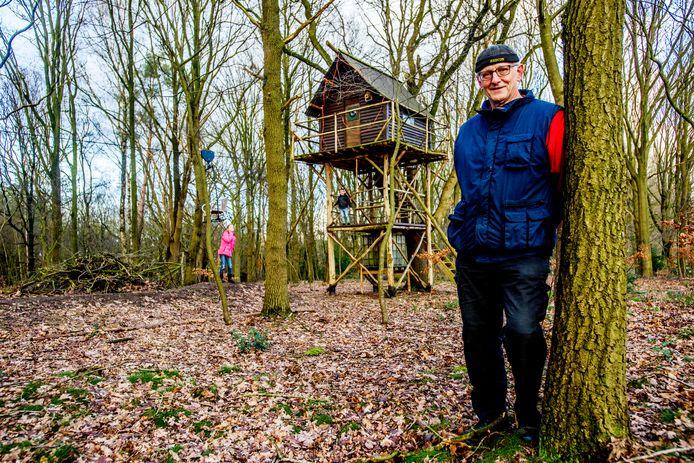 Will Verheijen baalt dat hij van de gemeente Goirle zijn bouwsels en de kabelbaan, waarmee op de achtergrond kleinkinderen Luuk en Myrthe spelen, moet afbreken.