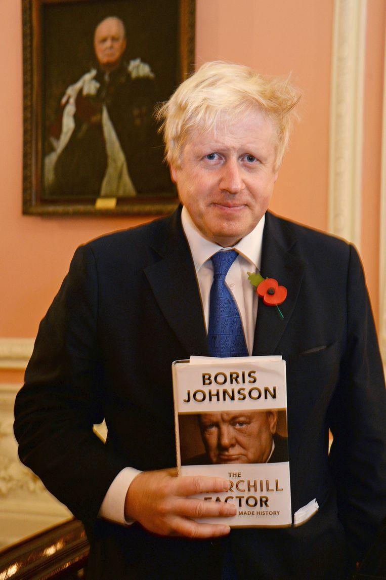 Boris Johnson met zijn boek over Churchill. Beeld getty