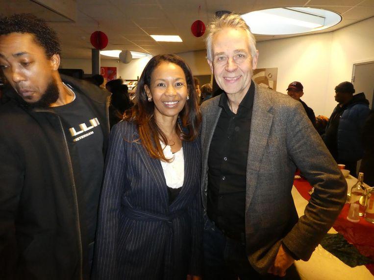 Lydia Seedorf (Ala Kondre) en stadsdeelbestuurder Dirk de Jager. Achter me: 'Hé Virgil! Je staat in beeld, man!' Beeld Schuim