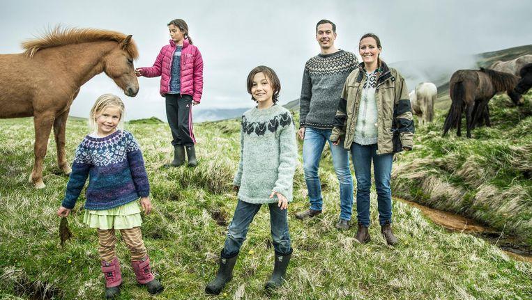 Het gezin Verwijnen in hun nieuwe woonplaats aan een fjord, noordwestelijk van Reykjavik. Beeld Marlena Waldthausen