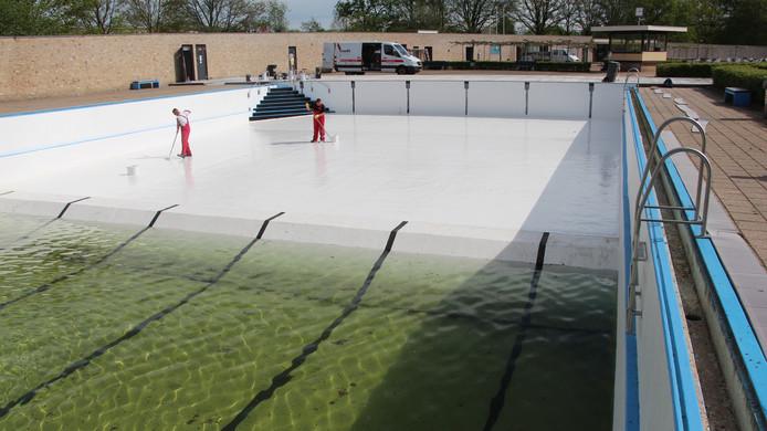 In het lege deel van het diepe wordt de coating bijgewerkt nadat het lek is gedicht; die laag moet nog minstens een week drogen.