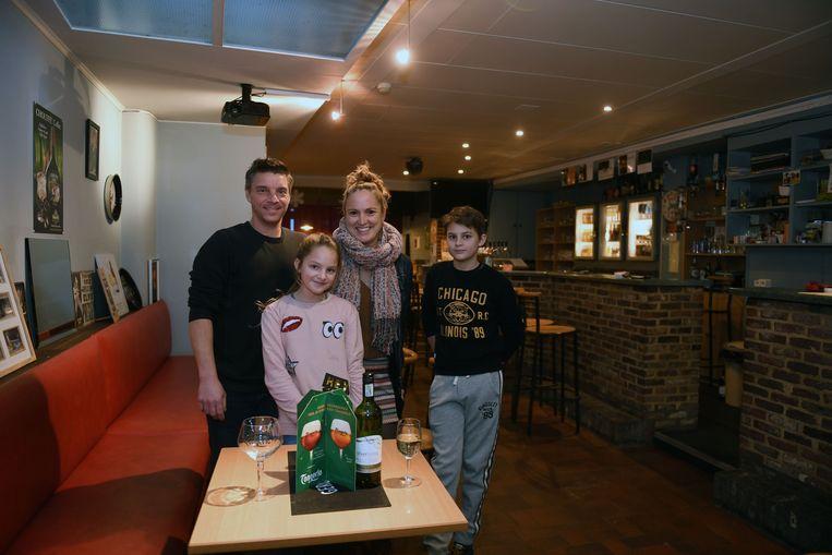 Paul Mergaerts in zijn café met zijn gezin, waar hij meer tijd voor wil vrijmaken.