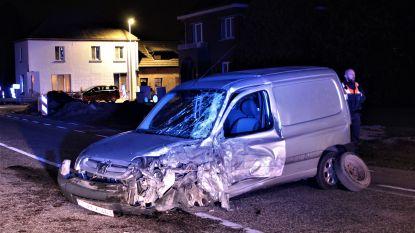 Auto en truck botsen frontaal: bestuurder kritiek