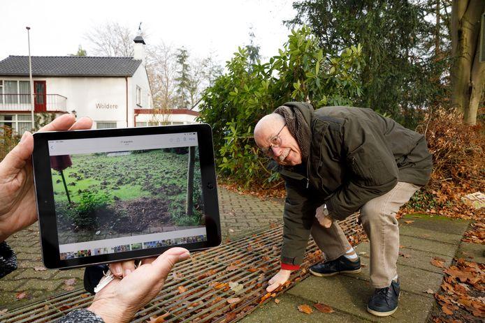 Tom Verbeek bij de koestalroosters waarmee hij wilde zwijnen uit zijn tuin probeert de weren. Bewoners in Epe ervaren veel overlast van de dieren en zijn daarom voorstander van afschot.