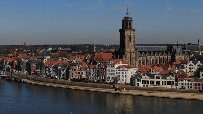 Videostill Stilte in beeld: een vlucht over een stil Deventer