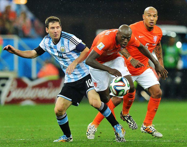 Bruno Martins Indi en Nigel de Jong (rechts) in duel met Lionel Messi.