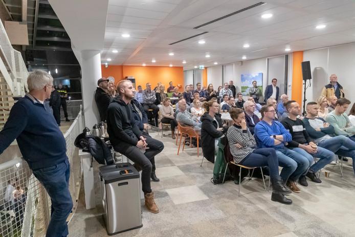 Het Bodegraafse stadhuis barst uit haar voegen tijdens de inspraak over de mogelijke komst van 2 migranten hotels eerder deze week.