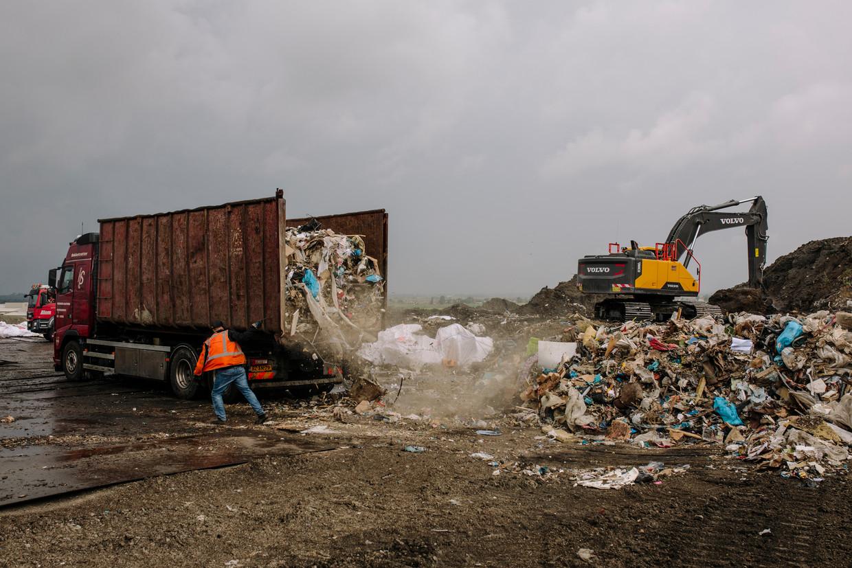 Een truck uit Amsterdam stort zijn afval in Assendelft.