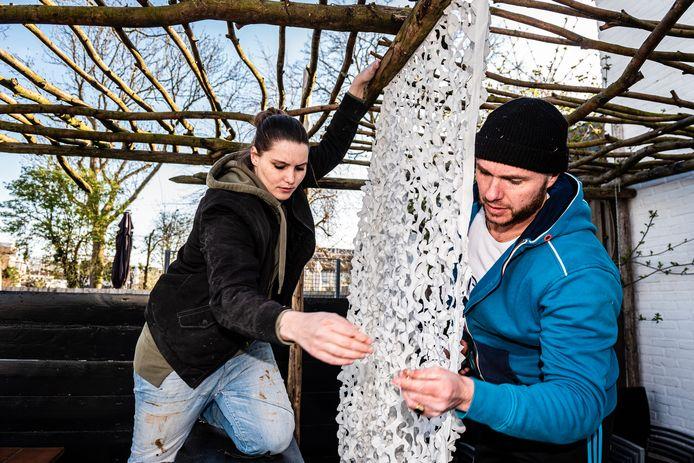 Bij Bar-Biefstro DAAN in Alphen werken de medewerkers Chris (l) en Martijn aan het terras.