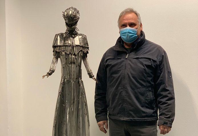Roger Pintens Jr. bij zijn beeld 'Corona Angel' in het ziekenhuis.