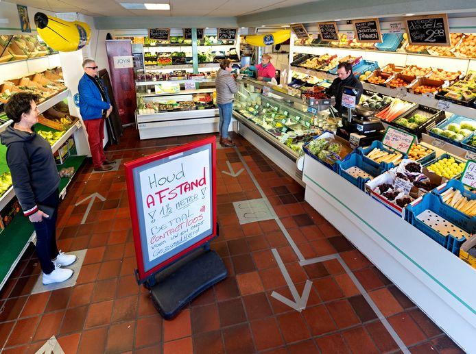 In de groente- en fruitwinkel van John en Monique Fransen aan het Heuvelplein is een parcours uitgezet om te zorgen dat de klanten voldoende afstand tot elkaar bewaren.