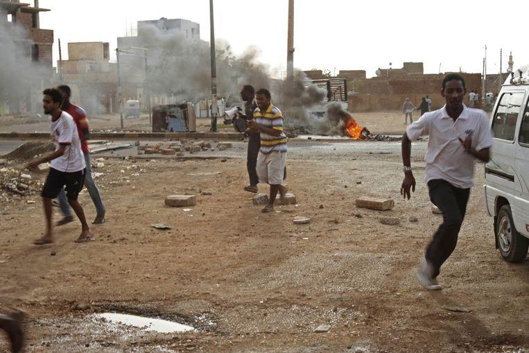 Demonstranten in Khartoum op de vlucht voor de oproerpolitie, afgelopen vrijdag. Beeld ap