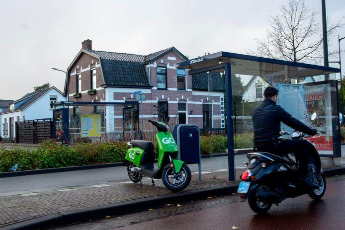 Een deelscooter van GO Sharing in het straatbeeld van Apeldoorn.