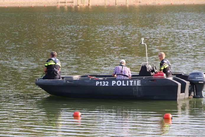 Met een sonarboot ging de politie op zoek vrijdag.