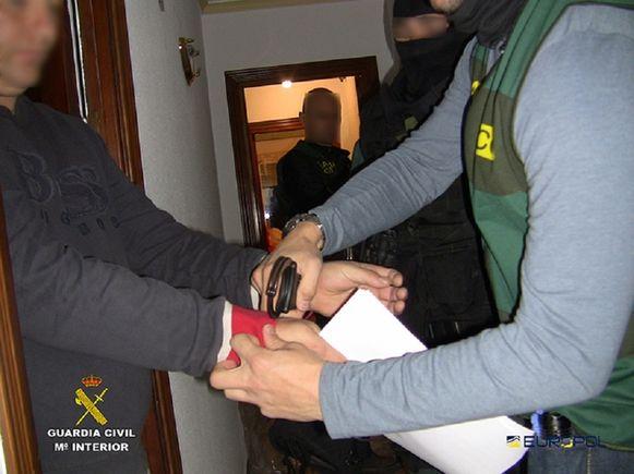 Robert Dawes (l) tijdens zijn arrestatie in 2015 in zijn villa in Benalmádena aan de Costa del Sol,