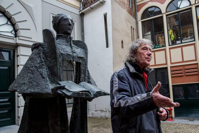 Kunstenaar Eric Claus met het door hem gemaakte beeld van Johan Cele. Foto archief