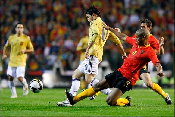 Eind 2008: Kompany in duel met Fabregas tijdens België-Spanje.