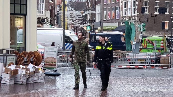 De EOD arriveert in de Voorstraat na de vondst van een granaat aan de deur van Café Bruut.