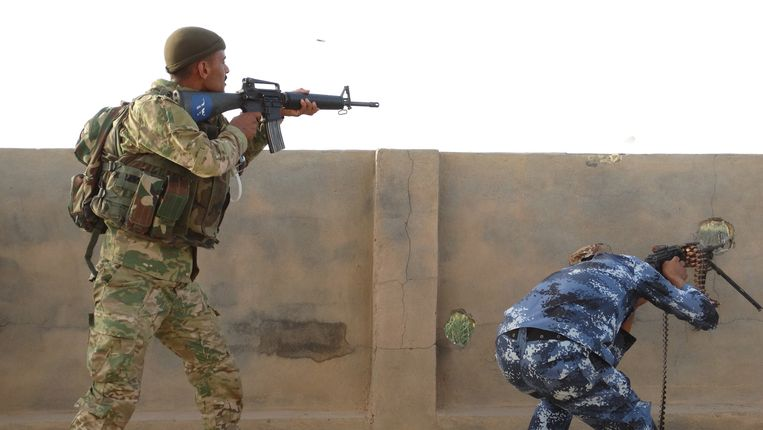 Iraakse regeringssoldaten en sjiitische milities strijden samen tegen IS in de buurt van Ramadi.